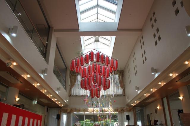 交流ホールに飾られた提灯