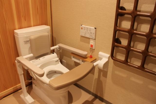 工夫された手すりが特徴のトイレ